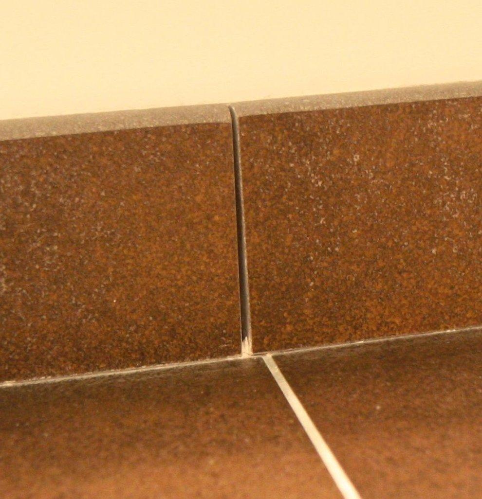 Plinthes en carrelage image de listel uespritu blanc for Plinthe en bois sur carrelage